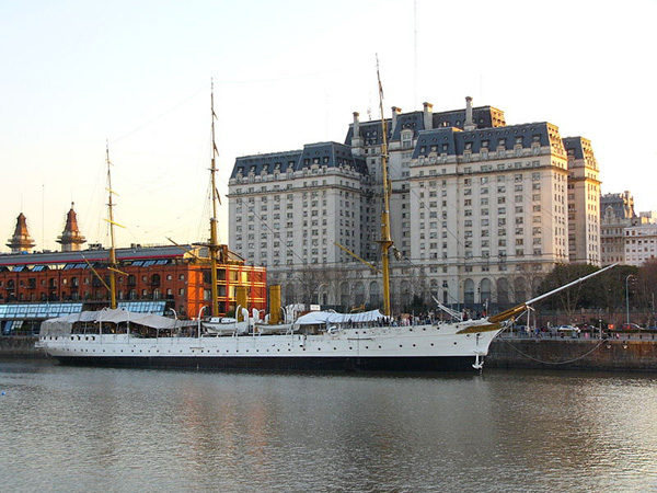 ����� ������ ��������� libertador_building-ministry_of_defense-and_museum_ship_ara_sarmiento_buenos_aires_argentina_photo_wiki.jpg