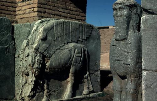 Irak, ou Irak pas? Du G.I. aux G.I.distes.....   :-( - Page 10 Assyrian_statues_nimrud_iraq_photo_unesco